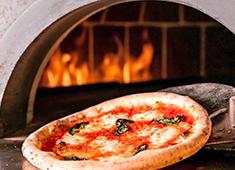 PIZZA&WINE カヤバール/株式会社はなまる(株式会社吉野家ホールディングス ※東証一部上場) 求人 店内のピッツァ窯で焼き上げるナポリピッツァがお店の看板メニューです。