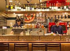 PIZZA&WINE カヤバール/株式会社はなまる(株式会社吉野家ホールディングス ※東証一部上場) 求人 よりカジュアルな姉妹ブランド『KayaBar Tino』。気軽にお酒とタパスを楽しんでいただきます。