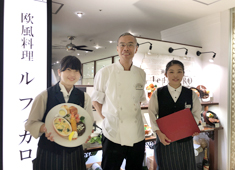 BISTRO&CAFE Le FIGARO 大丸梅田店 求人 いつも笑顔の料理長(真ん中)☆  スタッフの信頼も◎です!