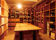 株式会社リ・ライフ 求人 「ソッシュスクエア」の地下1階に構える巨大ワインセラー。世界中のワインに触れることができます!