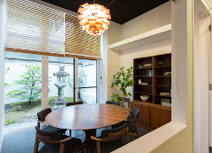 FILE CAFE(伊藤軒 × FILE コラボブランド) 求人 FILEオリジナルの北欧家具を使用したオシャレな雰囲気。坪庭が望める個室もあります。