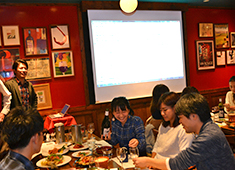 株式会社ダイナック(サントリーグループ・東証2部上場企業) 求人 ワイン勉強会の風景。食事をしながら和やかな雰囲気で行っています。