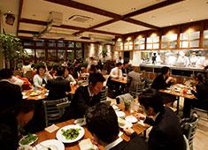 A「ピンクベリー」 B「Royal Garden Café(ロイヤルガーデンカフェ)」/アールアンドケーフードサービス株式会社 求人 B「ロイヤルガーデンカフェ」 オシャレな内外装はテレビドラマやCMの撮影に度々使われるほど大人気!