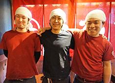 焼鳥 ゑびす 田町店 求人 ガチガチの縦社会ではなく、スタッフ同士で気兼ねなく意見交換できる、風通しの良い環境を作っています。