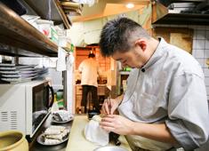 寿し処 相澤 求人 【仕込みの風景】 鰻の骨抜きの様子。一つひとつ丁寧に仕込んでいるからこそ、美味しい料理を提供できます。