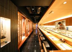 寿し処 相澤 求人 【カウンター】 店主1人がカウンターで握るのではなく、数人の職人がお客様の目の前で握り提供しています。