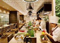 「HATAKE CAFE NIHONBASHI(仮称)」「HATAKE CAFE」 求人 開放的な店内で地下に居るのに木漏れ日を感じさせる、温かみのある空間