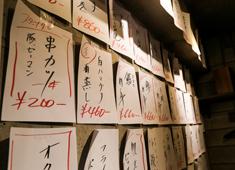 大衆酒場はんろく 求人 壁一面に並ぶメニューは常時60種。余計な装飾をせず、料理で勝負!