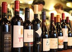 「RISOTTO CURRY STANDARD」「かしわビストロ バンバン」/株式会社サムライフードカンパニー 求人 ▲自分たちで考え、仕入れるワインがズラリ!ソムリエの資格取得を目指すスタッフも在籍しています。