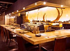 株式会社IZO 一蔵 ▲お客様を近い距離で感じられるカウンターはもちろん、料理に集中したい方はバックキッチン店舗の勤務希望もOK!