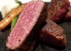 Steak Dining Vitis(ステーキダイニングヴィティス) 求人 紀州備長炭の中でも最高ランクの「馬目上小丸」を使用し厳選した黒毛和牛を焼き上げます!