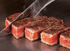 株式会社うかい 洋食事業部 最上級の黒毛和種うかい特選牛を使用したステーキ。香りや音までも楽しめる臨場感を提供しています。