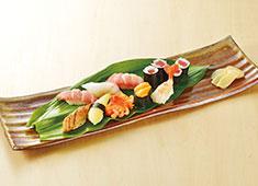 和膳 照國(てるくに) 求人 ▲店内には生きた魚が泳ぐ生簀を設置!新鮮な魚介をぜひあなたの手でおいしく生まれ変わらせてください!