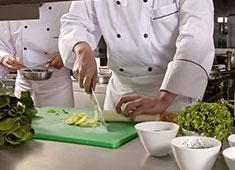 岡野延弘 ▲和食やフレンチの手法を使って料理をしていきますが、経験業態は問いません。