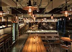 株式会社グローバルダイニング LB業態 木材とメタリックが調和されたスタイリッシュな内装。オープンキッチンでお客様の反応をダイレクトに感じられます!