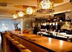 株式会社英知建物グループ レストラン事業部 オープンキッチンなのでホールと調理場との連携やコミュニケーションも良好。皆で楽しく仕事をすることも妥協しません!