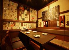 「日本酒原価酒蔵」他/株式会社 クリエイティブプレイス 求人 スタイリッシュな店内デザインも人気の要因