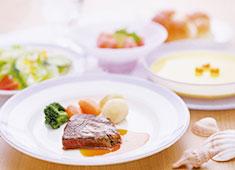日清医療食品株式会社 東京支店 求人 ▲料理は、和食から洋食・中華まで多種多様。あなたの経験業態を活かしてご活躍ください。