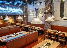 株式会社パッションアンドクリエイト/Passion & Create Co., Ltd. 求人 レンガ調のオシャレな店内。肉バルやアメリカンダイナーの様な雰囲気のお店作りをしています。
