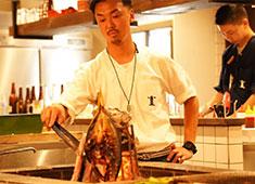 ジョウモン/炉ばた 灯台/株式会社ビックスルー 求人 <炉ばた 灯台の調理風景一部> 繊細かつ大胆に仕上げる料理の数々はどれも絶品です!