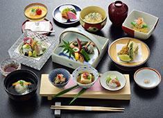 新道山家 伝統と旬を感じられながら、新しいチャレンジを忘れずにつくる料理の数々。