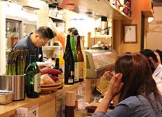おさしみ酒場まるたけ オープンキッチンですので、お客様のリアクションがすぐわかります。
