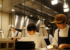 IL GHIOTTONE メニューはコース料理のみ。シェフ笹島が作りだす料理は「京都イタリアン」と呼ばれ、多くのお客様から愛されています。