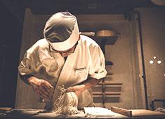 権八(ごんぱち)西麻布/株式会社グローバルダイニング【東証二部上場】 求人 蕎麦は季節によって厳選した国産蕎麦の実を使用し、毎朝石臼で丁寧に挽いて手打ちしています。