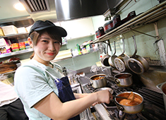 「EAT MORE GREENS」「eat more SOUP&BREAD」/株式会社ビッグイーツ 求人 難しい調理はありませんので、キッチンスタッフは経験の浅い方も大歓迎です!