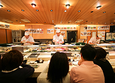 株式会社 梅丘寿司の美登利総本店 各地から仕入れる魚介。鮮度と質の高さが美登利の人気の秘訣です。