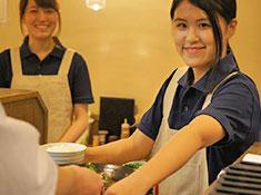 株式会社SEASONING(シーズニング) お客様との距離感の近いオープンキッチンも魅力!「美味しい」の声も直接聞くことができますよ◎