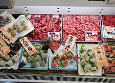 有限会社大宮商店 本店では魚の販売もおこないます。刺身や煮つけなど、様々な魚料理を鮮魚店としても販売している珍しいお店です。