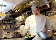 Restaurant GINZA KAZAN/株式会社Gコンセプト 求人 キッチンは20代4名、30代5名のスタッフが活躍中!(うち女性4名)仕込み中もスタッフの笑顔が絶えない職場です。