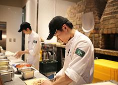 ジローレストランシステム株式会社(小田急電鉄グループ) 求人 ▲セントラルキッチンではなく、お店での手作り料理にこだわる当社では、料理人として確実なスキルを身につけられます!