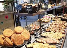 「R Baker」「THE GROUNDS BAKER」/【イートアンド株式会社】カフェ・ベーカリーグループ EAT&Co.(東証一部上場) 求人 ▲地域に密着したカフェ・ベーカリーブランド。今回5店舗同時募集につき、各エリアで採用枠があります!