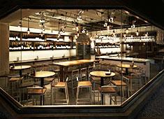 株式会社グローバルダイニング LB業態 木材とメタリックが調和されたスタイリッシュな内装。ガラス張りの開放的な店舗です。