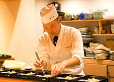 甚三紅 正統派の和食を経験してきた料理長、石川氏。一から丁寧に仕事をお教えしますので、経験の浅い方もご安心を!