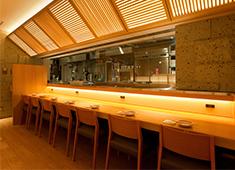 ロハスミッション株式会社 落ち着いた店内、大人むけの本格和食居酒屋です。ホテルの1Fのお店。ビジネスマンが中心の客層です。