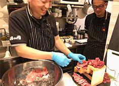 FIVE A LLC(ファイブ エー 合同会社) 求人 ▲肉を初めて学びたい、もっと学びたいという理由で入社するスタッフが多数います。