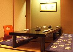 祭ずし カウンターだけでなく、ゆっくり寛いで頂けるテーブル席も用意。最高のひと時を私たちと共に演出していきましょう。