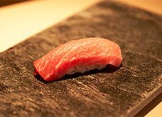株式会社 プレジャーフーズ 求人 その日の食材を吟味し、鮨や一品料理の芸術を生み出します。