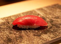 株式会社 プレジャーフーズ 求人 旬や走りを大切にする江戸前鮨の伝統を守りながらも、斬新なメニューや美しい盛り付けでお客様を楽しませています。