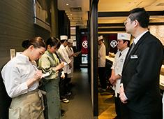 株式会社おたる政寿司 求人 ▲職人もホールスタッフも一丸となって、お客様をおもてなししています。年齢不問!人柄重視で採用を行っています。