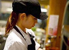 株式会社 ウェイブズ 求人 女性の料理人も日々成長しています。料理を学びたい方大歓迎です。安心してご応募ください。