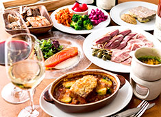 Au Comptoir Echezeaux(オ コントワール エシェゾー) 「有機野菜のサラダ」その他にもビストロの定番メニューなど様々なラインナップをご用意。