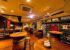 Au Comptoir Echezeaux(オ コントワール エシェゾー) 「ワインカーヴをイメージした内装」ワイン好きやワイン通で日々賑わうアットホームなお店です。