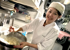 Restaurant GINZA KAZAN/株式会社Gコンセプト 求人 キッチンは20代5名、30代5名のスタッフが活躍中!(うち女性3名)仕込み中もスタッフの笑顔が絶えない職場です。