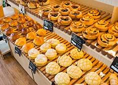株式会社フローラ企画 ベーカリーカフェでは、乳化剤やイーストフードを使わず焼き上げたパンを提供します。