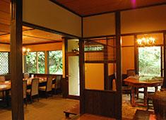 レストラン ミッシェル ナカジマ 北鎌倉 紫は古都・鎌倉に佇む古民家をリノベーションし、和洋折衷の雰囲気を演出しています。