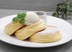 """幸せのパンケーキ 求人 マヌカハニーや発酵バター、一つひとつの素材にこだわった""""ふわふわパンケーキ""""を提供しています。"""